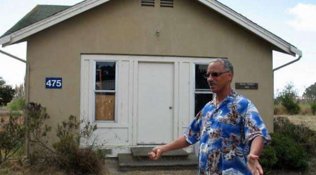Vernard Lewis in front of Villa Termiti, a house used for termite research
